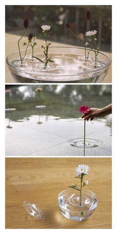 侘び寂び感じる一輪挿し。波紋のようになってるのがかっこいい! Miscellaneous Goods, Industrial Design, Decorative Accessories, Glass Vase, Table Decorations, Flowers, Ideas, Home Decor, Products