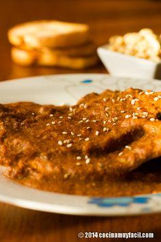Receta de bisteces en salsa de cacahuate. Receta paso a paso con sugerencias y consejos de degustación. Recetas de cocina mexicana