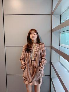 K-Pop Babe Pics – Photos of every single female singer in Korean Pop Music (K-Pop) Korean Girl Fashion, Blackpink Fashion, Fashion Outfits, Korean Outfits, Short Outfits, Cute Outfits, April Kpop, Korean Aesthetic, Korean Actresses