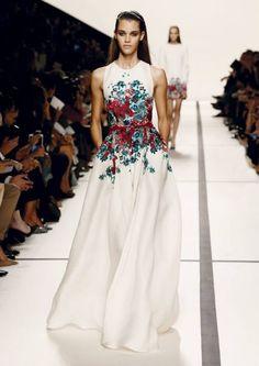 Vestido-de-novia-2014-de-Elie-Saab-sin-mangas-con-estampado-de-flores-multicolor-al-frente-y-falda-amplia.jpeg (425×601)