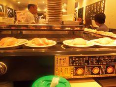 En la imagen podemos ver uno de los símbolos de la gastronomía de Japón, el sushi. El sushi se prepara básicamente con arroz marinado con vinagre de arroz, azúcar y sal. Normalmente se prepara con pescado crudo aunque también puede comerse con algas, verduras, etc. Depende de su elaboración pueden ser nigiri, maki, gunka...