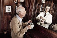 """A2 - El hombre de la imagen se mira en el espejo y recuerda cómo era su vida cuando era más joven. ¿Os atrevéis con algunas comparaciones?: ¿Cómo es un día normal para él ahora y cómo era un día normal para él en el pasado? ¿Qué hace en su tiempo libre en el presente y qué hacía antes? ¿Qué cosas le molestaban antes y qué le molesta ahora? ¿Qué quiere ahora y qué quería 40 años antes? [La imagen es de la serie """"Reflections"""" de Tom Hussey]"""
