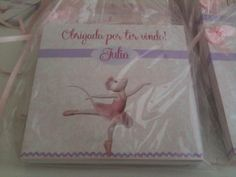 Giz de Cera Personalizado Angelina Ballerina Caixa personalizada nas cores, texto, tema e ilustrações a sua escolha. Aplique de lacinho com ou sem pérola na caixinha.   Conteúdo: 12 unidades de giz de cera.  Embalado em saquinho de celofane, com laço de fita de cetim. Pode compor o kit com o caderno  de desenho no mesmo tema, sob consulta. Pedido Mínimo: 10 unidades R$ 4,18