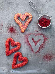 Form årets kransekage i fine hjerter, og giv den fede marcipan kant med orange og hindbær!