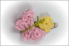 Horquilla para el pelo con mariposa color rosa claro y flor amarilla Color Rosa Claro, Crochet Earrings, Floral, Flowers, Jewelry, Fashion, Crochet Accessories, Yellow Flowers, Bobby Pins