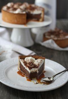 Tarta de chocolate, nata y caramelo salado