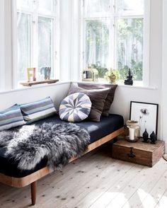 Meio cama e meio sofá, as daybeds têm se tornado cada vez mais populares e trazem muito conforto ao décor. Versáteis, elas combinam com diversos estilos e são perfeitas para aquelas tardes preguiçosas lendo um livro, assistindo a uma série ou até mesmo tirando uma soneca. #revistacasaclaudia #decor #decoration #decoração #home #house #casa #daybed #relax