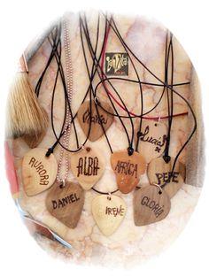 Estos bonitos colgantes de púas son personalizados. Son piezas únicas, con el valor emocional que aporta el amor a la música y que hacemos totalmente a mano con el corazón, ofreciendo al portador/a ese valor emocional que tiene la música.