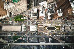 Navid Baraty é um fotógrafo americano, nascido e criado na zona rural de Ohio, e sempre foi fascinado pelas interseções das principais cidades do mundo. Com essas imagens de duas das cidades mais agitadas Nova York e Tóquio, nos permite ver as ruas sobre uma nova perspectiva. Para conseguir a
