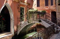 """Su e Zo per I Ponti - """"Up and down the Bridges."""" 14km walking """"race"""" to tour Venice, seeing the sights and enjoying refreshment stops, music, and dancing. City-wide festival!- Venice Off the Beaten Path"""