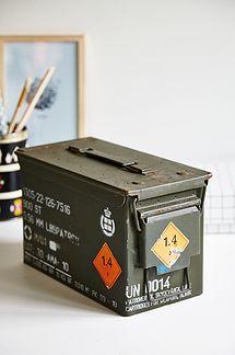 Ammunitions militær kasse m/ hvid skrift - 225kr. Køb den på www.loppedesign.dk