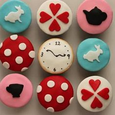 Alice in Wonderland Cupcakes {Girl Party Dessert Ideas} the Website has some awesome Ideas on crafts and party planning