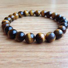 L'œil de tigre est une variété de quartz , considéré comme Pierre fine , utilisée dans les bijoux et objects d'art.