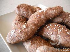 Recept na přípravu domácích rohlíků z bio celozrnné žitné mouky.
