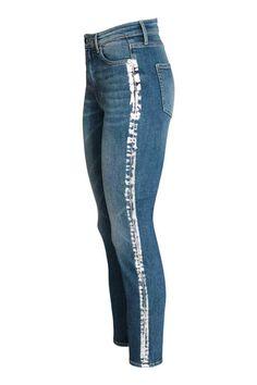 Slim High Ankle Jeans: Enkellange 5-pocketjeans van elastisch, gewassen denim met slijtagedetails. De jeans heeft een smalle pasvorm, een hoge taille en een gulp met ritssluiting en knoop.