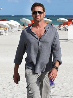 There's definitely no wintry weather in Miami! Check out the hunky Gerard Butler, in aviator sunnies, taking a stroll on the sunny beach!