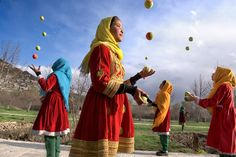 A group of Afghan girls juggle tennis balls in the streets of the capital, Mobile Mini Circus for Children, Kabul, Afghanistan, Steve McCurry Steve Mccurry, Pakistan, Vivre A New York, World Press Photo, Beautiful People, Most Beautiful, Afghan Girl, Picture Stand, Contemporary Photography