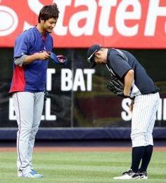 2012.08.13 試合前練習中、あいさつを交わすイチロー(右)とダルビッシュ