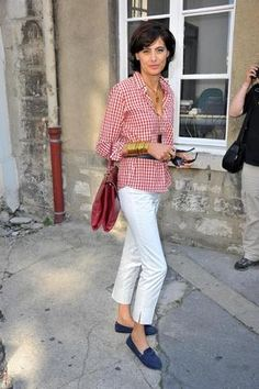 camisa xadrez, calça branca, sapato azul