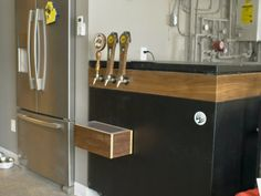 Turn a Chest Freezer into a Kegerator - Keezer Build » Rogue Engineer #FREEplan #DIYplan #KeezerBuild #RogueEngineer #Keezer Diy Furniture Easy, Diy Furniture Projects, Diy Wood Projects, Furniture Plans, Woodworking Projects, Dripping Faucet, Cozy Basement, Old Chest