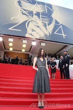 イタリア人俳優、故マルチェロ・マストロヤンニをデザインした第67回カンヌ国際映画祭(Cannes Film Festival)の巨大公式ポスターとその下に立つ、娘で女優のキアラ・マストロヤンニ