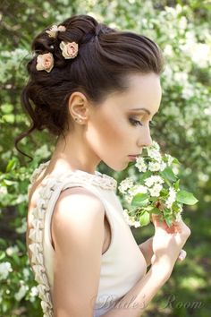 Lythwood loves romantic wedding hair updo. Love the tiny roses! <3 #lythwood #weddings #hair lythwoodweddings.co.za