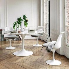 The Pedestal Collection, including the Saarinen Dining Table, was the result of Eero Saarinen addressing the unrestful world underneath chairs and tables. Eero Saarinen, Saarinen Table, Tulip Dining Table, Table And Chairs, Side Chairs, Charles Ray Eames, Isamu Noguchi, Aluminium, Interiores Design