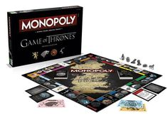 """Si vous êtes fans de la série mais que vous n'aimez pas les verres, les OST, les T-Shirt ou d'autres produits dérivés """"standards"""" sur la saga, HBO a peut-être quelque chose qui va vous plaire : Un Monopoly Game of Thrones ! Parfait pour les longues soirées d'hiver, au lieu d'acheter la rue de la paix ou des gares, vous devrez tout faire pour mettre la main sur Winterfell ou Castle Black entre autres."""