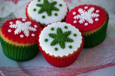 Sweet Christmas Cupcakes Ideas For Kids Mini Christmas Cakes, Christmas Cupcakes Decoration, Christmas Cake Designs, Holiday Cupcakes, Christmas Sweets, Christmas Goodies, Holiday Treats, Christmas Baking, Cupcake Decorations