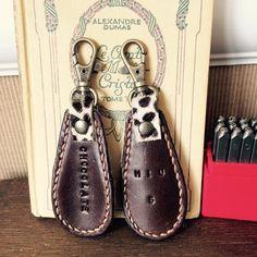 #革#レザー#刻印#英数字#靴べら#チャーム#チョコレート#chocolate 裏側はダルメシアン柄♪久しぶりに手縫いチクチク楽しかったけど、手縫いってやっぱり大変そう。チョコ好きだから、もはや刻印もchocolate ★