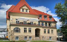 Die 1911 in der Blüte des Jugendstils erbaute 'Villa am Paradies' ist eines der traditionsreichsten Gebäude in Jena. Ihr in Thüringen einzigartiges und exklusives Ambiente bietet eine perfekte Grundlage für jede Art von Veranstaltung.