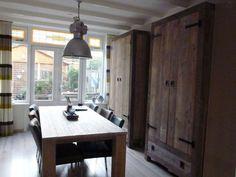 Enige tijd geleden gaf ik een interieuradvies voor het eetgedeelte van een jaren 30 huis in Utrecht in modern landelijke woonstijl. Bekijk hier de VOOR en NA foto's na STIJLIDEE's interieuradvies en lichtadvies op maat. De bewoners ergerden zich aan alle rommel die zichtbaar was in de open Ikea kast. Doordat de tafel dwars op … via www.stijlidee.nl