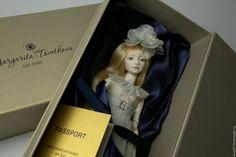 Купить или заказать Шарнирная фарфоровая кукла 'Нежный возраст' в интернет-магазине на Ярмарке Мастеров. Шарнирная фарфоровая кукла, рост 28см. 18 шарнирных соединений, расписана подглазурными красками, обжиг при температуре 980 гр. Съёмный парик из натуральных трессов. Одежда из натурального шелка, балетки из кожи, обтянутой шелком. Шелковые цветы ручной работы. Фарфор париан. Кукла продается вместе с подставкой.