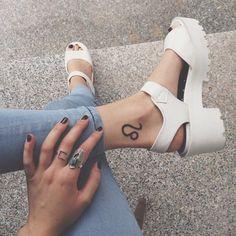 tatouage-cheville-femme-signe-astrologique-lion