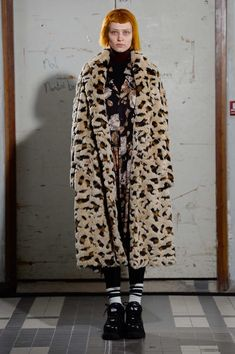 The complete Junya Watanabe Fall 2018 Ready-to-Wear fashion show now on Vogue Runway. Anti Fashion, Fashion Now, Live Fashion, Leopard Print Coat, Autumn Fashion 2018, Junya Watanabe, Comme Des Garcons, Haute Couture Fashion, Fashion Show Collection