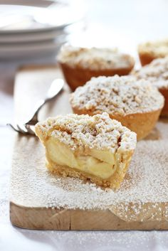 Cream Filled Apple Crumble Pies (translate)