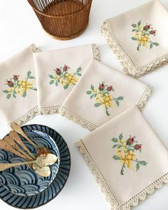 Bir işlemeyi doğru teknik ile yapıyor ve kaliteli malzeme kullanıyorsanız oldu bu iş demektir 🌟aa birde zevk lazım tabi 👀👀✌️#crossstitchlove Cross Stitch Embroidery, Cross Stitch Patterns, Bargello, Filet Crochet, Table Linens, Diy And Crafts, Napkins, Knitting, Canvas