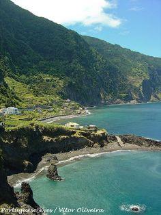 Praia da Laje – Seixal, Ilha da Madeira: Também conhecida por Praia da Jamaica, esta praia faz jus ao nome. Veja bem a paisagem envolvente, tão verdejante! A sua areia, bem como em quase todas as praias da Ilha da Madeira, é negra e de calhau miúdo. O acesso à praia é livre, mas não tem vigilância. Por esse motivo, deve acautelar-se quando for à água!
