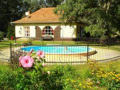 Vakantiehuis Hongarije, Dió Villa in Csemö - HungariaHuizen. Vakantiehuis Dió Villa staat op een privé landgoed in het groene hart van Hongarije. U verblijft in de absolute rust en stilte van de beroemde poesta. Dió Villa is een comfortabel en sfeervol vakantiehuis met zwembad. Dit biedt u een topvakantie waarin u fantastisch tot rust zult komen. Bekijk dit vakantiehuis in Hongarije: http://www.hungariahuizen.nl/vakantiehuizen-hongarije-aanbod/Vakantiehuis_hongarije_dio_villa_csemo_143/