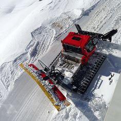 La dameuse est le travailleur de l'ombre de notre station de ski. C'est elle qui toutes les nuits s'affaire à vous offrir une qualité de neige irréprochable et vous permet, jour après jour, de glisser sur des pistes confortables et sécurisés.
