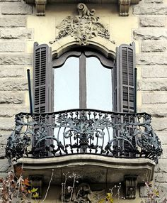 Barcelona - Roger de Llúria 072 by Arnim Schulz Architecture Antique, Amazing Architecture, Architecture Details, Balcony Window, Iron Balcony, Paris Balcony, Art Nouveau, Beautiful Buildings, Beautiful Homes