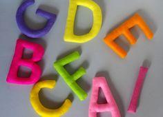 Literki z filcu to doskonały pomysł na prezent dla dziecka. Stanowią niepowtarzalną ozdobę do dziecięcego pokoju. Można je zawiesić na ścianie lub łóżeczku. Literki te mogą przypaść do gustu także osobom dorosłym, które pragną ozdobić swoje mieszkanie i dodać mu nieco wesołych, kolorowych akcentów  #filc #literki #DIY #handmade #rękodzieło #ozdoby #felt #decoration