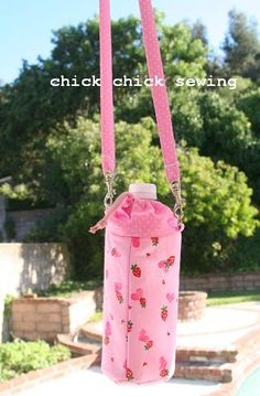 When our kids go to the summer camps, they bring their sack lunches along with their own water bottles. I made a water bottle ho. Diy Bottle, Bottle Bag, Bottle Holders, Water Bottle Carrier, Water Bottle Covers, Pouch Pattern, Bag Making, Purses And Bags, Handmade