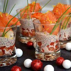 Verrines de gambas au saumon fumé, sauce aux oeufs de lompe : 80recettes de bouchées chic - Journal des Femmes