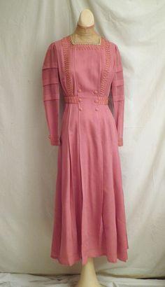 1912 Titanic Era Edwardian Rose Wool Day Dress Lovely Details This could be worn today. Edwardian Gowns, Edwardian Clothing, Antique Clothing, Edwardian Fashion, Historical Clothing, Vintage Fashion, Edwardian Style, Retro Clothing, Old Dresses