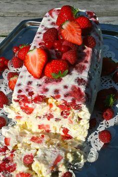 Hap & tap: Ijscake met meringue en rood fruit Slagroom, veel rood fruit en meringue schuimpjes ziet er echt heerlijk uit