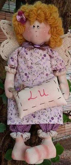 Anjo soneca, confeccionado em tecido de algodão, cabelo de lã, acompanha travesseiro com nome a escolher. Muito usado para enfeitar quarto infantil e porta maternidade.