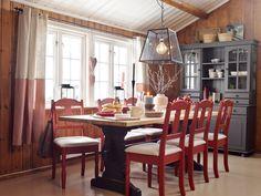 Ga blaffen i trendene da de pusset opp hytta Scandinavian Design, Dining Table, Cottage, Cabin, The Originals, Furniture, Home Decor, Diy, Homemade Home Decor