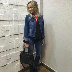 Jeans com jeans como não amar!? Ah adicione um toque de cor como um lenço para quebrar o look neutro  . #meulook #ootd #jeans #consultoriadeestilo #personalstylist