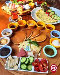 Breakfast Presentation, Turkish Recipes, Ethnic Recipes, Turkish Breakfast, Brunch, Cafe Bistro, Fresh Rolls, Menu, Salad